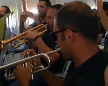 """""""Charanga Das Fresquinhas"""" Tocam a Bordo De Avião Da TAP e Animam Passageiros 3"""