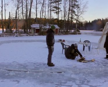 Engenhoso Homem Cria Carrossel De Gelo a Partir De Um Lago Congelado Usando Uma Motosserra 8