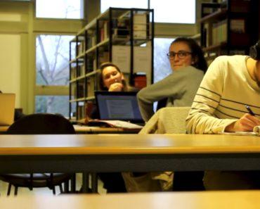 Jovem Liga Mal Os Auscultadores Ao Seu Telefone e Espalha a Música Por Toda a Biblioteca... e Que Música! 5