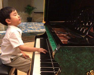 Menino De 5 Anos Toca Maravilhosamente Piano e Sem Precisar De Pauta! 1