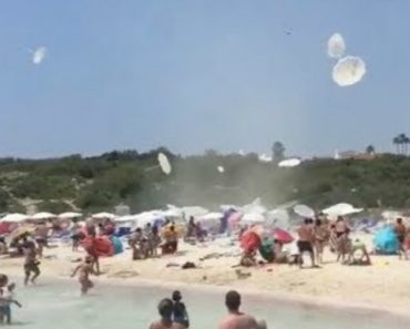 Minitornado Arruína Dia De Praia De Banhistas Ao Arrancar Vários Chapéus-De-Sol e Outros Objetos 3