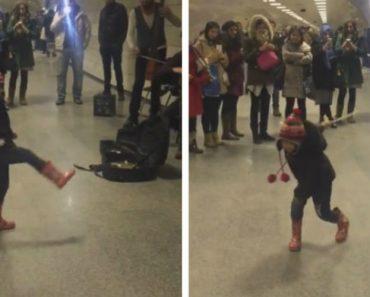 Pequeno e Adorável Maestro Orienta Músicos De Rua No Metro De Istambul 7