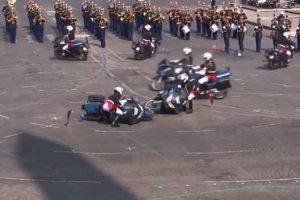 Polícias Colidem De Moto Durante Celebração Do Dia Da Bastilha Em França 8