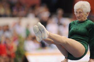 """Senhora De 91 Anos Publica Vídeo Onde Prova Que """"Velhos São Os Trapos"""" 9"""