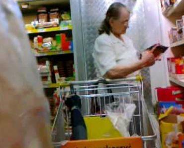 Cliente De Supermercado Usa a Preciosa Ajuda De Um Pêndulo Para Escolher a Embalagem De Salsichas 6