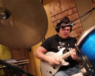 Músico Com Incrível Talento e Destreza Consegue Tocar Guitarra, Bateria e Cantar Em Simultâneo 2