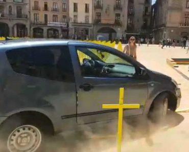 Carro Entra Em Praça De Barcelona a Alta Velocidade 4