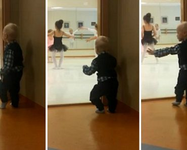 Encantador Menino De 2 Anos Aprende Ballet Ao Espreitar Para a Aula Da Irmã Mais Velha 2