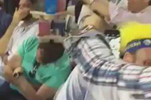 Homem Adormece Enquanto Assistia a Um Jogo e Nada Nem Ninguém Consegue Perturbar o Seu Sono 10