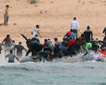 Imigrantes Ilegais Desembarcam Em Praia Espanhola e Surpreendem Banhistas 16