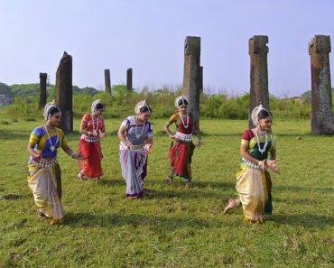 Grupo Faz Extraordinária Coreografia Combinando a Tradicional Dança Indiana Ao Som De Música Pop 8