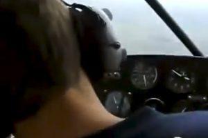Piloto Finge Desmaio Em Pleno Voo e Quase Mata o Amigo De Susto 9