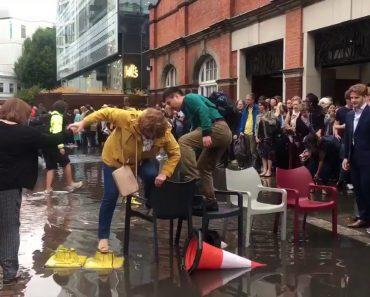 Inundação à Porta De Estação De Metro? Há Que Ser Criativo 5