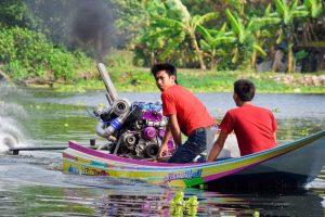 Tailandês Mostra a Incrível Potência Do Motor Do Seu Barquinho 10