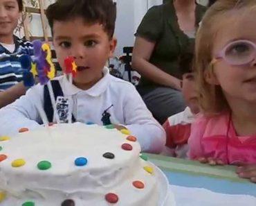 Menina Faz Expressão Única Ao Perceber Que As Suas Velas De Aniversário Foram Apagadas 4