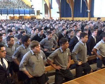 Alunos De Escola Da Nova Zelândia Fazem Despedida Arrepiante a Professor Que Se Ia Aposentar 1