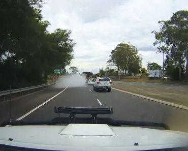 Carro Em Andamento Parece Desaparecer Após Soltar Enorme Nuvem De Fumo 8