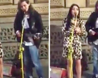 """Mulher Junta-se a Artista De Rua e Fazem Versão Maravilhosa De """"Hallelujah"""" 5"""