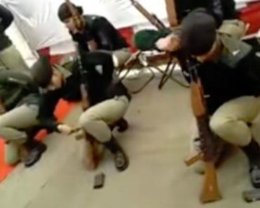 Grupo Militar Feminino Mostra Impressionante Rapidez Em Desmontar Arma Apenas Com Uma Mão 4