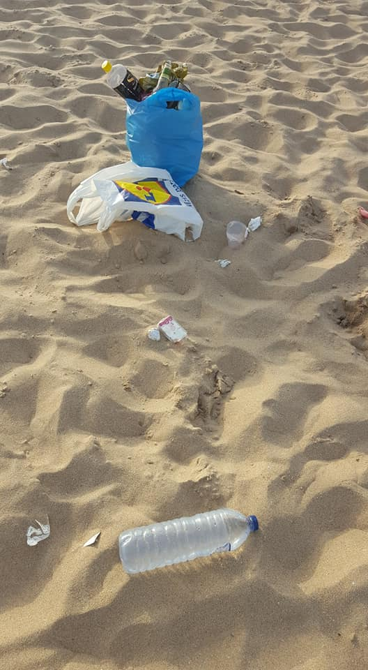"""Jovem Passou Horas a Limpar Praia De Carcavelos e Relembrou: """"A Praia Não é Um Aterro"""" 5"""