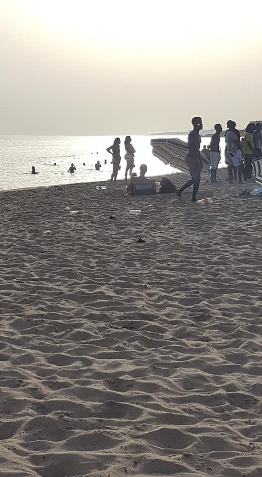 """Jovem Passou Horas a Limpar Praia De Carcavelos e Relembrou: """"A Praia Não é Um Aterro"""" 6"""
