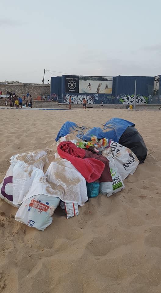 """Jovem Passou Horas a Limpar Praia De Carcavelos e Relembrou: """"A Praia Não é Um Aterro"""" 8"""