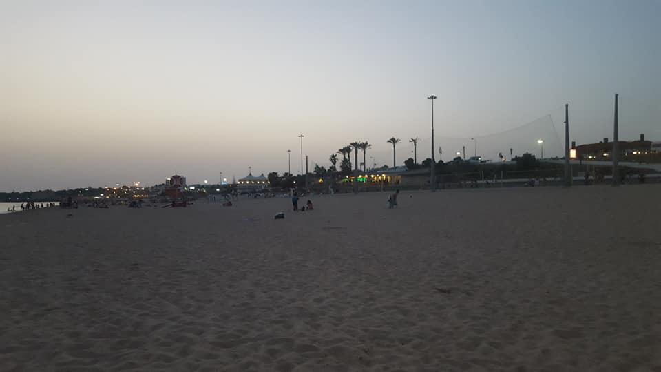 """Jovem Passou Horas a Limpar Praia De Carcavelos e Relembrou: """"A Praia Não é Um Aterro"""" 9"""