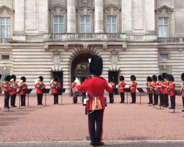 Aretha Franklin Homenageada Durante Troca De Guarda No Palácio De Buckingham 1