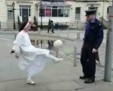 Polícia e Freira Mostram Os Seus Truques Com a Bola Numa Amigável Disputa 1