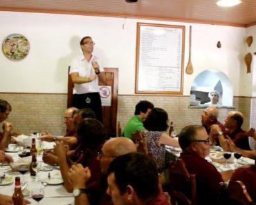 Dono De Restaurante Em Montemor-o-Novo Canta a Ementa Para Os Clientes 3