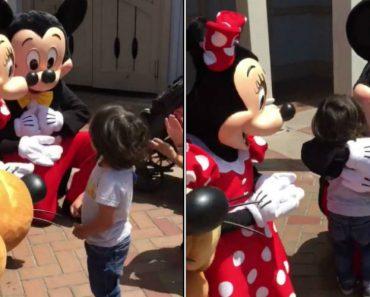 Mickey e Minnie Surpreendem Menino Surdo 3