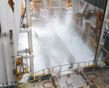 Imagens Impressionantes Mostram Como As Fortes Ondas Invadem Plataforma Petrolífera 3