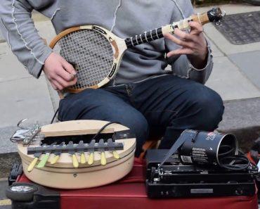 Criativo Artista De Rua Usa Talheres, Raquete De Ténis e Máquina De Escrever Para Tocar Música 8