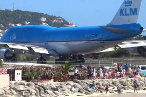 O Que Acontece Quando Se Tenta Relaxar Numa Praia Perto De Um Aeroporto 10