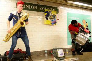 Músicos De Rua Captam a Atenção Dos Passageiros De Metro Com Invulgar Estilo Musical 9