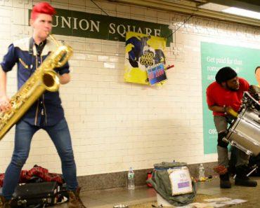 Músicos De Rua Captam a Atenção Dos Passageiros De Metro Com Invulgar Estilo Musical 4