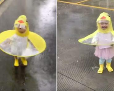 A Felicidade De Uma Menina Ao Desfrutar De Um Dia Chuvoso 3