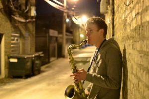 Jovem Faz Incrível Interpretação a Solo Ao Combinar Saxofone, Canto e Beatbox 10