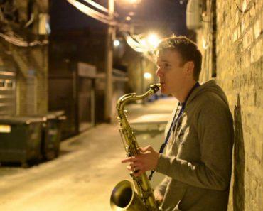Jovem Faz Incrível Interpretação a Solo Ao Combinar Saxofone, Canto e Beatbox 9