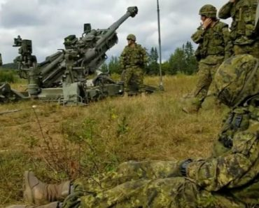 Companheiros Acordam Soldado Ao Som Do Canhão 9