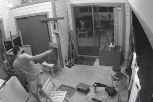 Homem Tenta Atingir Traça Com Chave De Fendas e Acaba Por Partir Vidro Da Porta 8