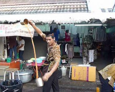 Vendedor De Rua Desafia Leis Da Gravidade Enquanto Prepara Um Chá 9
