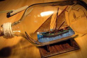 Artesão Filma Todo o Processo De Criação De Barco Dentro De Uma Garrafa 10