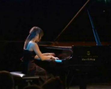 Jovem Toca Piano Com Extraordinária Rapidez 5