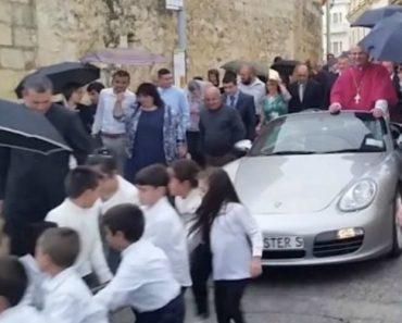 Vídeo Gera Polémica Ao Mostrar Crianças a Puxarem Porsche Com Arcebispo No Interior 4
