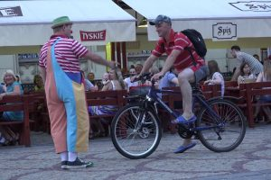 Cómico Momento Em Que Ciclista Imprudente é Repreendido Por Palhaço De Rua 10