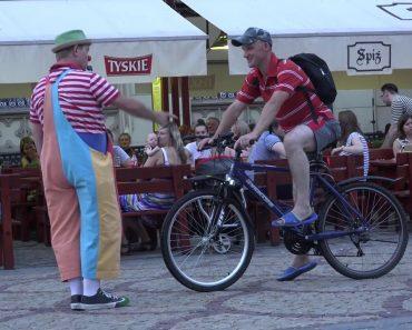 Cómico Momento Em Que Ciclista Imprudente é Repreendido Por Palhaço De Rua 1