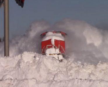 Como Um Comboio No Canadá Passa Por Uma Parede De Neve 6