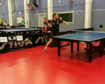 Jogador De Ping-Pong Enfrenta Adversário Difícil De Derrotar 3
