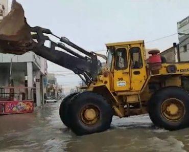 Trabalhadores Usam Método Absurdo Para Retirar a Água De Rua Alagada 4